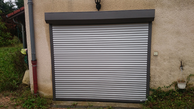 Pose de porte enroulable aluminium coloris gris - 69 St Pierre de Chandieu